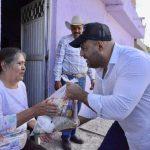 Entrega Iván Gurrola apoyos a los más necesitados