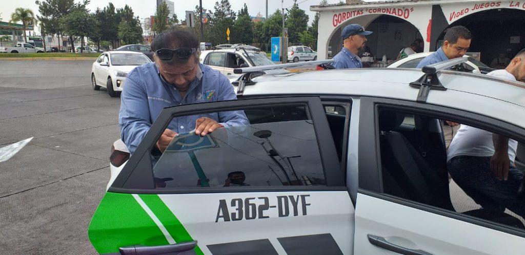 Un total de 157 sanciones se han aplicado a taxis que portaban polarizado y se procede, por parte de inspectores de la subsecretaría de movilidad y transportes al retiro del mismo